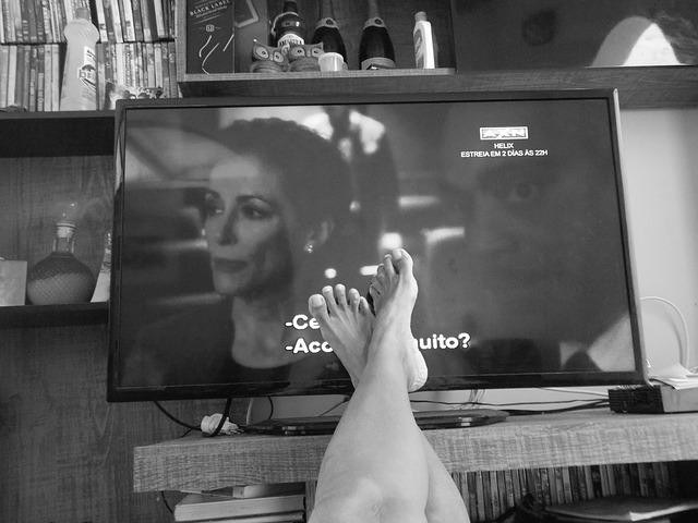 nohy před obrazovkou