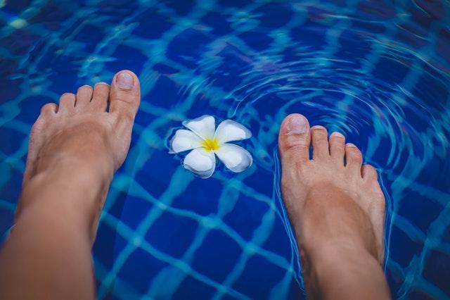 Nohy ponořené do bazénu