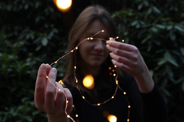 Příprava vánočního osvětlení zahrady