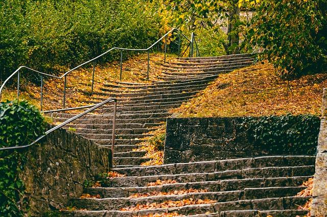 jednoduché zábradlí u schodů v parku