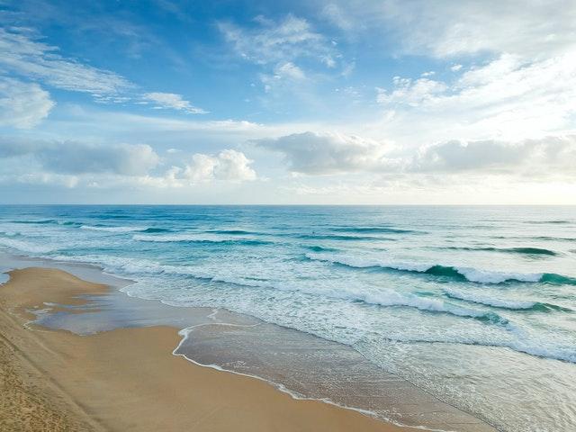 mořská pláž s jasnou oblohou